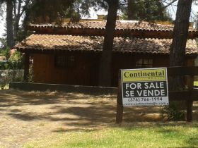 For sale sign in Spanish and English for a weekend cottage, Lake Chapala, Mexico – Best Places In The World To Retire – International Living