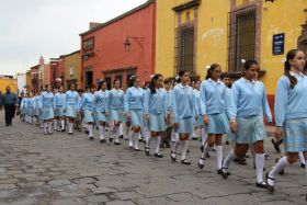 Escuela Bilingüe José Vasconcelos students marching in a parade, San Miguel de Allende, Mexico – Best Places In The World To Retire – International Living