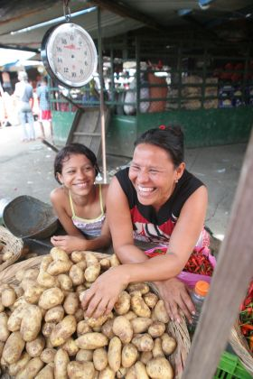 Local woman and daughter at market in Nicaragua – Best Places In The World To Retire – International Living